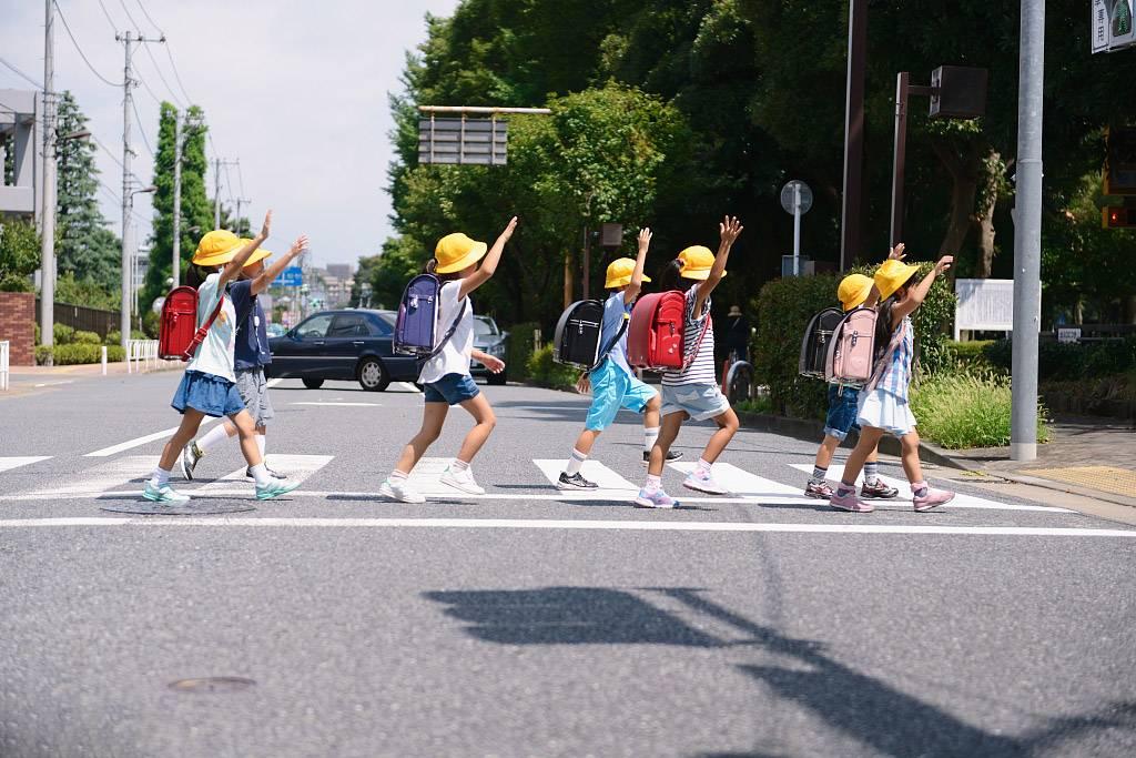 日本小学生过马路.jpg